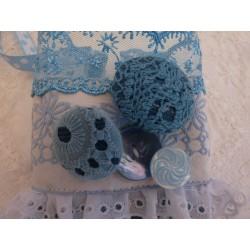 Manchette corsetée blanc brodé fleurs bleues